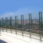 גדר משולב זכוכית עם מאחז יד עשוי אלומיניום או נירוסטה