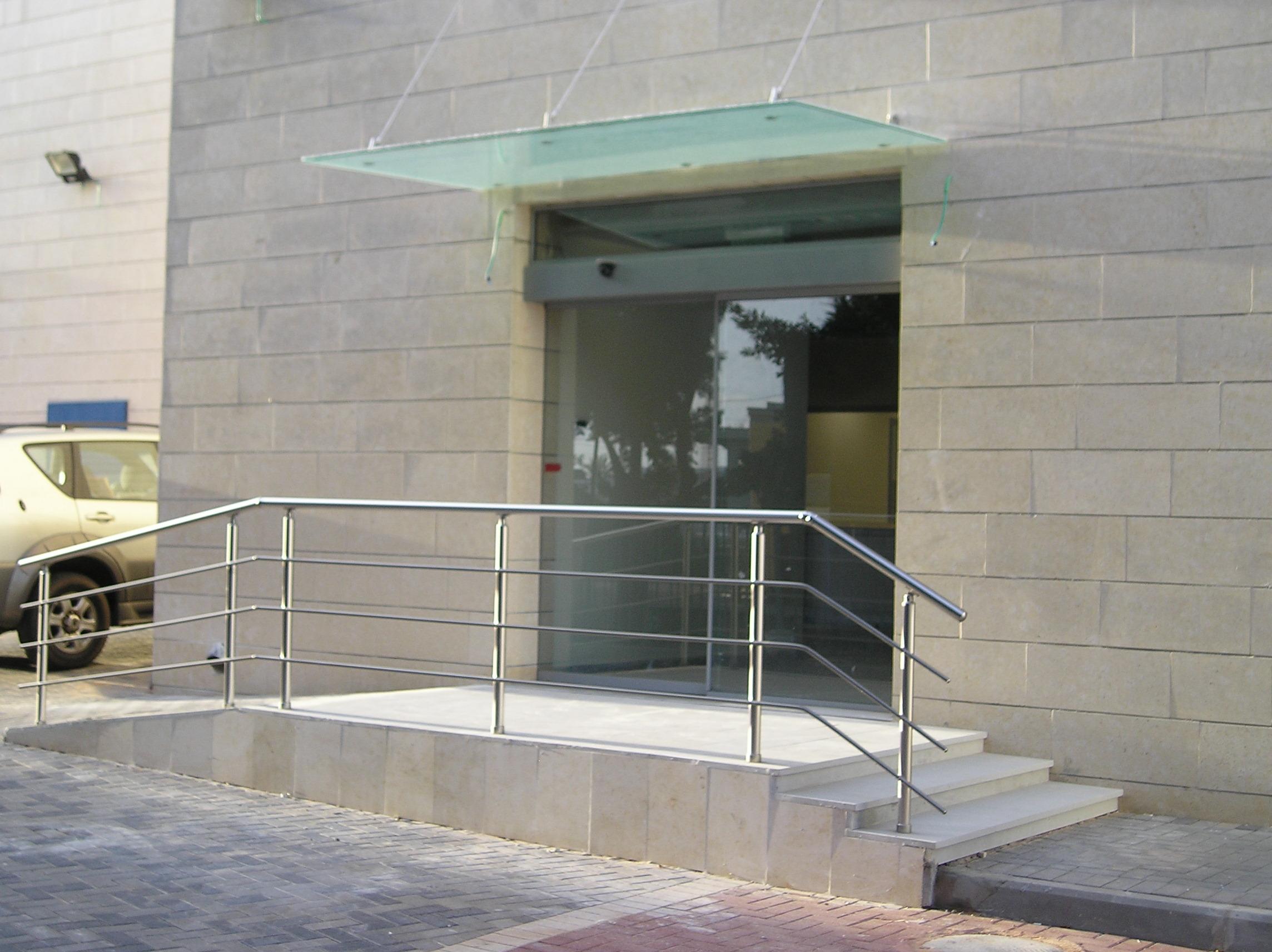גגון זכוכית חצי שקוף מותקן בכניסה למבנה