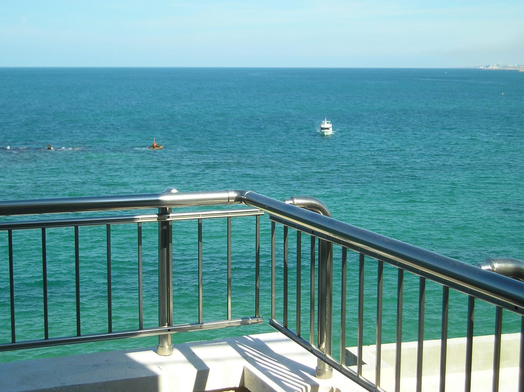 מעקה אלומיניום במרפסת מבנה סמוך לים