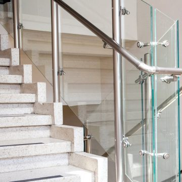 מעקה זכוכית מותקן בחדר מדרגות