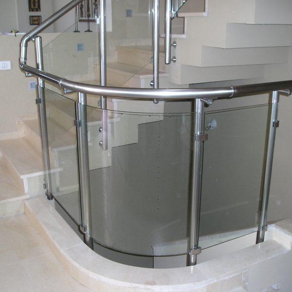 מעקה זכוכית מעוקל דגם קלאסיק עשוי אלומיניום או נירוסטה עם פרופיל עגול למדרגות