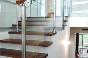 מעקה זכוכית דגם קלאסיק עשוי אלומיניום או נירוסטה בפרופיל עגול למדרגות