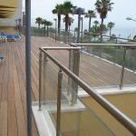 מעקה זכוכית דגם קלאסיק עשוי אלומיניום או נירוסטה בפרופיל עגול למרפסות
