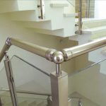 מעקה זכוכית דגם קלאסיק עשוי אלומיניום או נירוסטה בפרופיל מרובע למדרגות