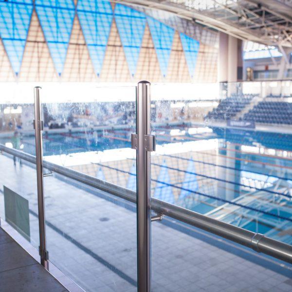 מעקה זכוכית דגם קלאסיק עשוי אלומיניום או נירוסטה עם פרופיל עגול בבריכת שחייה
