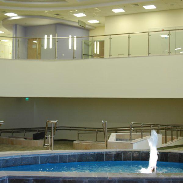 מעקה דגם ספיידר עם מאחז יד עשוי אלומיניום או נירוסטה לבריכת שחייה
