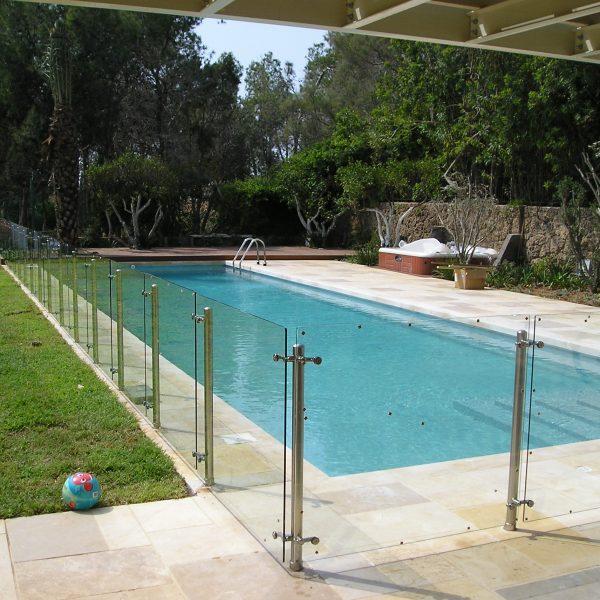 מעקה דגם ספיידר לבריכת שחייה