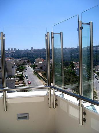 גדר זכוכית גבוהה ומאחז יד