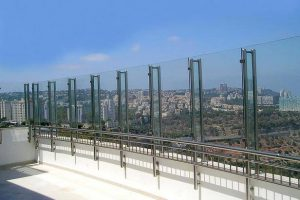 גדר זכוכית ומאחז יד בבניין פסגת חן, חיפה