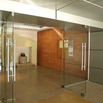 דלת זכוכית עם מאחז יד בכניסה לבניין בקריית עתידים