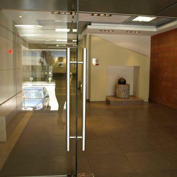 דלת זכוכית עם מאחז יד