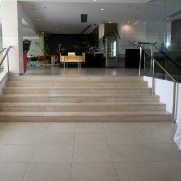 מאחז יד במדרגות הלובי של בית מלון המלך שלמה