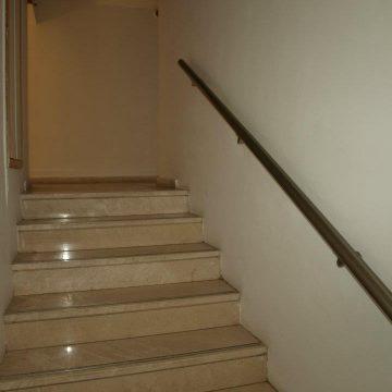 מאחז יד במדרגות פנים של בית מלון המלך שלמה בנתניה