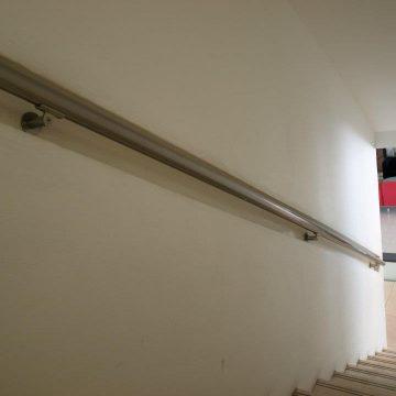 מאחז יד במדרגות פנימיות בבית מלון המלך שלמה