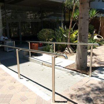 מאחז יד על עמודים בכניסה למתחם קריית עתידים, תל אביב