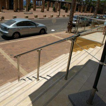 מאחז יד על עמוד במדרגות הכניסה למלון המלך שלמה