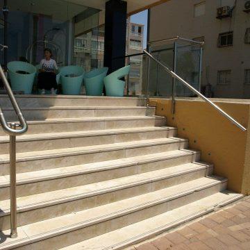 מאחז יד על עמוד במדרגות מלון המלך שלמה בנתניה