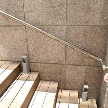 מאחז יד צמוד קיר במדרגות חיצוניות