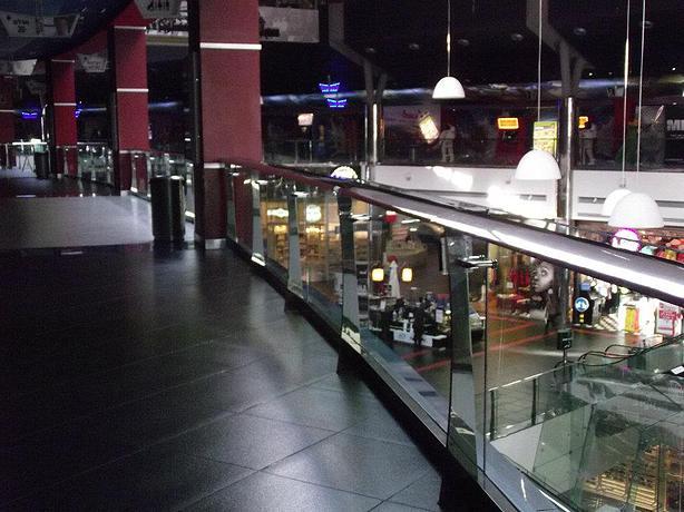 מעקה דגם אליפטי תוצרת רייל טאצ' במעברי סינמה סיטי ראשון לציון