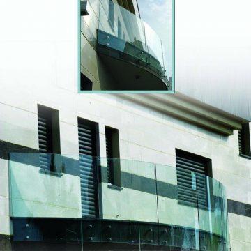 צילום מרחוק וצילום תקריב של מעקה זכוכית דגם מאנט