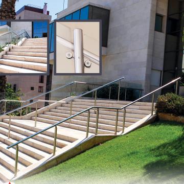 מעקה דגם ספיידר במדרגות חוץ בבית חולים שניידר