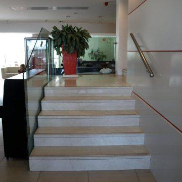 מעקה דגם ספיידר ללא מאחז יד, ומאחז יד במדרגות פנים בבית מלון המלך שלמה