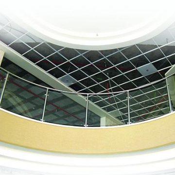 מעקה דגם ספיידר תוצרת רייל טאצ' בלובי בית חולים תל השומר