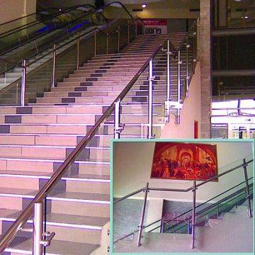 מעקה דגם ספיידר תוצרת רייל טאצ' במדרגות בית חולים בית השומר