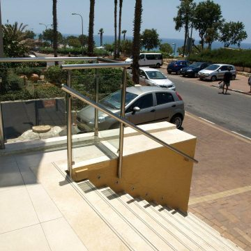 מעקה דגם קלאסיק בכניסה לבית המלון המלך שלמה