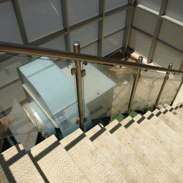 מעקה דגם קלאסיק במדרגות בית מלון המלך שלמה בנתניה