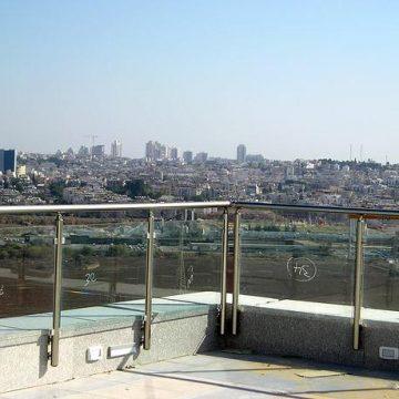 מעקה דגם קלאסיק במרפסת בניין קבוצת רד