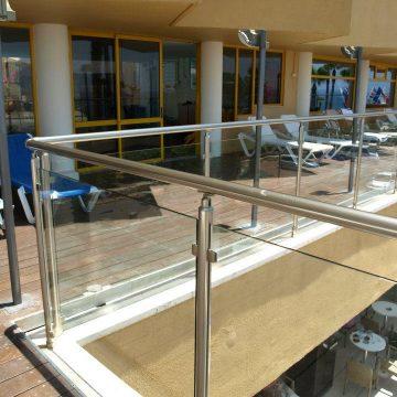 מעקה דגם קלאסיק במרפסת בריכת בית מלון המלך שלמה