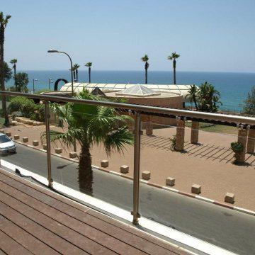 מעקה דגם קלאסיק במרפסת תוצרת רייל טאצ' בריכת בית מלון המלך שלמה