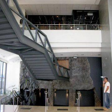 מעקה מדרגות ספיידר מובנה בגשר