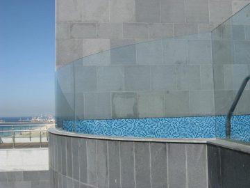 מעקה מחיצה דגם U בפרויקט מצודת דוד, אשדוד