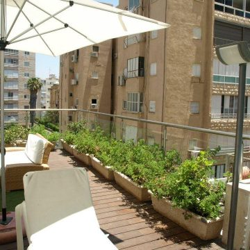 מעקה קלאסיק במרפסת בית מלון המלך שלמה