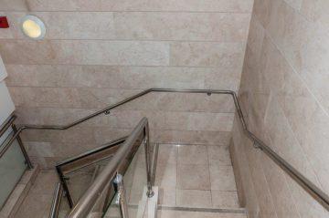 מבט מלמעלה: ידיות אחיזה מנירוסטה מותקנות על הקיר