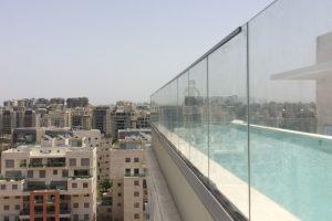 מעקה זכוכית מותקן בדירת פנטהאוס