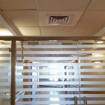 דלת מחיצה זכוכית פסים מט