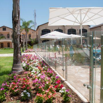 מעקות זכוכית משולבות נירוסטה מותקנות בחצר בית מלון