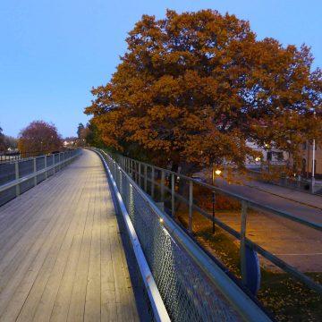 מאחזי יד כתוספת מעקה בטיחות לד ספוט גשר מעבר פארק