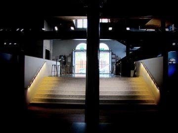 מאחזי יד לד ספוט במדרגות כניסה לבניין
