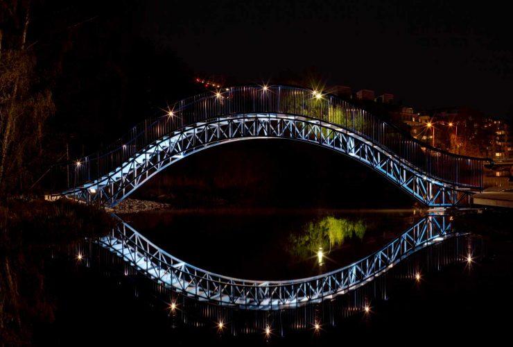 מעעקה אלומיניום או נירוסטה עם תאורת לד ספוט על גשר