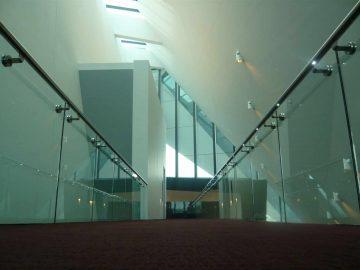 מעקה אלומיניום עם זכוכית לד ספוטים במגדל מפואר