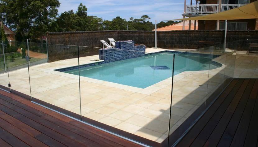 מעקה זכוכית סביב בריכה עם מערכת מתקדמת המאפשרת שליפת הזכוכית