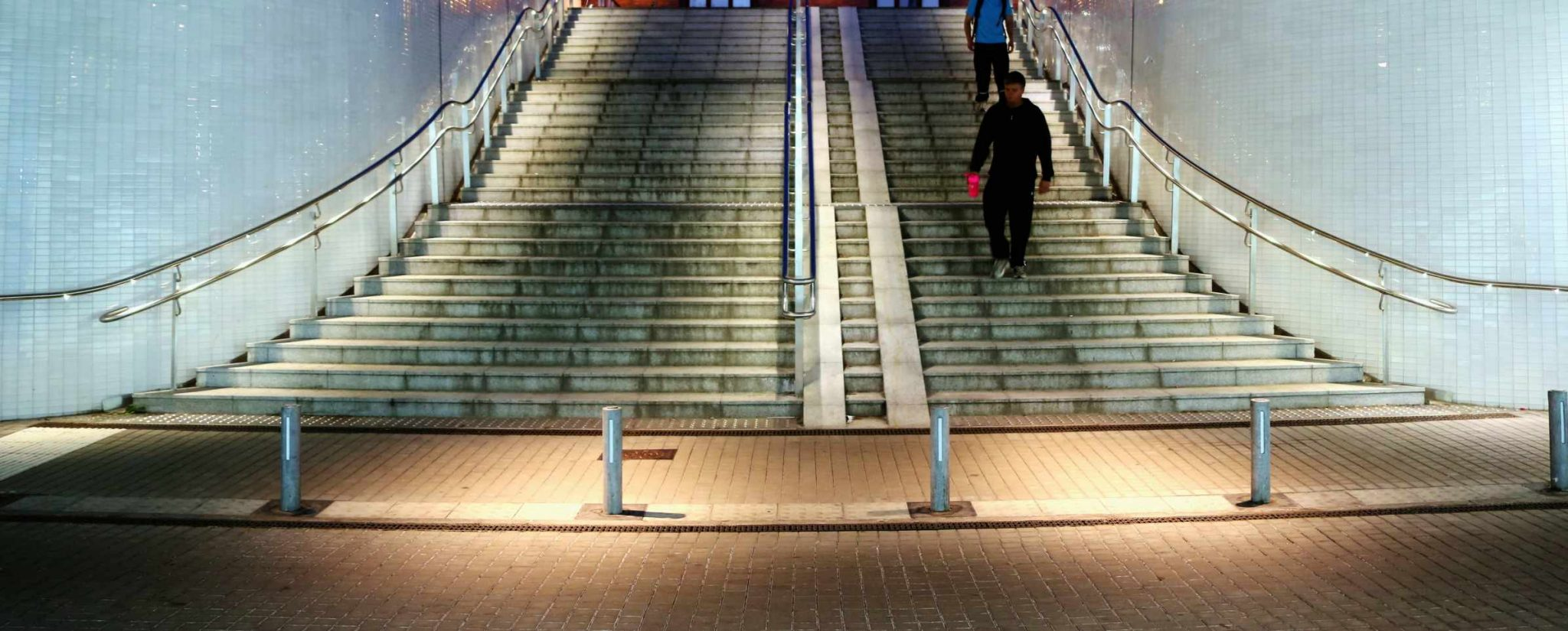 מעקה מדרגות ציבורי ברחוב לד ספוט
