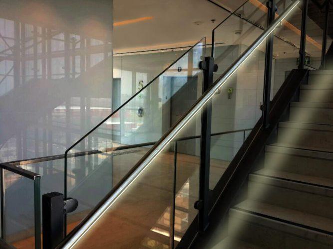 מעקה מדרגות ציבורי לד