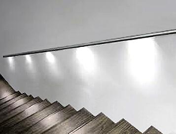 מעקה ספוטים לצד המדרגות