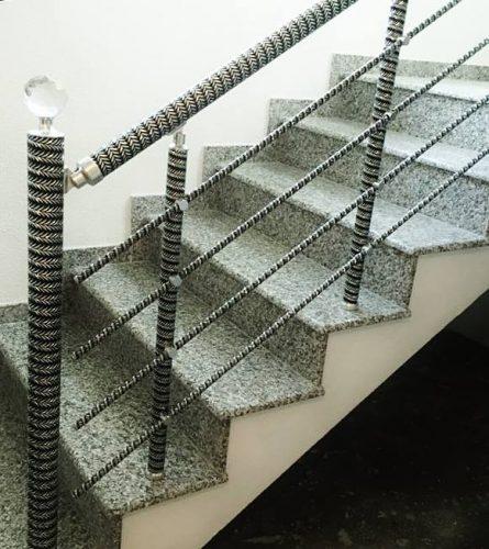 מעקה סורג עם פרזול ספירלי, בצבע ניקל ושחור. מעקה מדרגות מעוצב עם אלמנטים של אלומיניום וכדורי אחיזה מזכוכית קריסטל פאסטות!