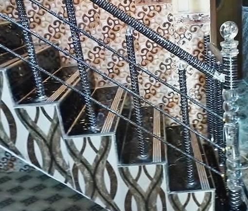 מעקה סורג עם פרזול ספירלי, בצבע ניקל ושחור.